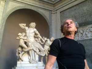 Yaron Margolin infront of Laocoön and His Sons