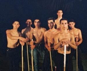 להקת המחול הרב תרבותית 2000 יהודים וערבים רוקדים בתקופת האינטיפדה השנייה בבית המחול שבירושלים.