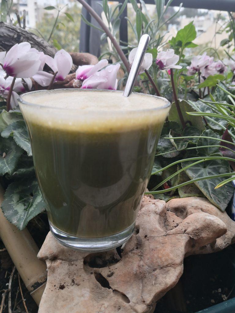 מיץ ירוק מעטים יודעים שאפשר לצרף לסלט, למיץ הירוק עלי רקפת.
